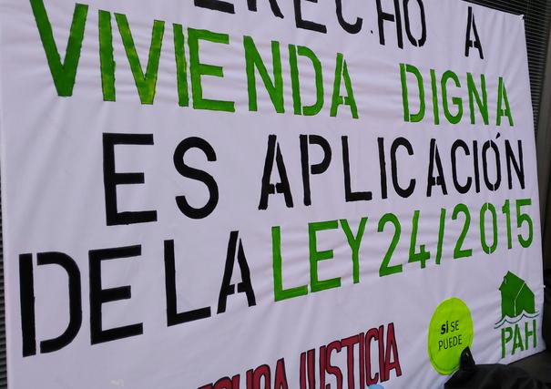 PAH Barcelona invade las oficinas de la Agencia Catalana d'Habitatge para exigir el realojo de una familia en riesgo de exclusiónsocial.